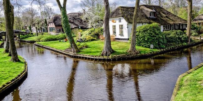 Ngôi làng không có đường đi, nhà nào nhà đó tràn ngập hoa tươi, đẹp như trong cổ tích - Ảnh 8.