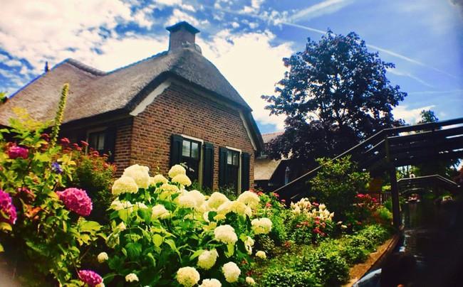 Ngôi làng không có đường đi, nhà nào nhà đó tràn ngập hoa tươi, đẹp như trong cổ tích - Ảnh 10.