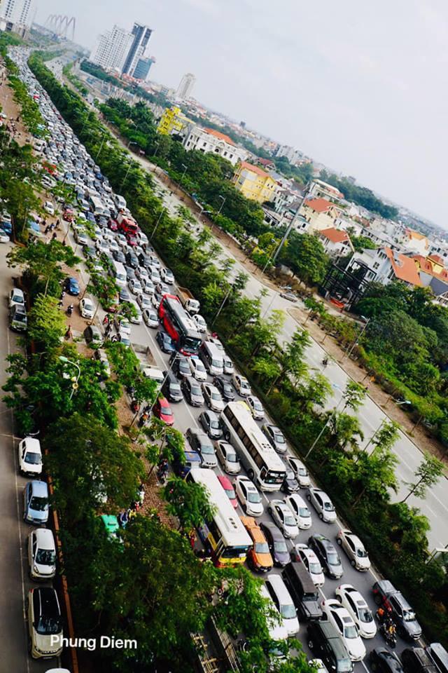 Kinh ngạc hàng trăm ô tô đứng sát nhau, kẹt cứng không lối thoát ở Hà Nội - Ảnh 4.