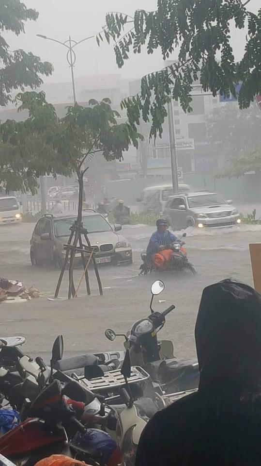 Đà Nẵng thất thủ lần 2, nước ngập khắp các tuyến đường trung tâm - Ảnh 8.