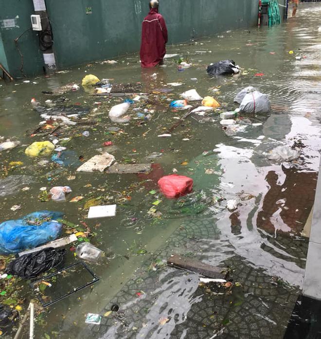 Đà Nẵng thất thủ lần 2, nước ngập khắp các tuyến đường trung tâm - Ảnh 10.