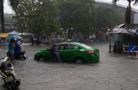 Đà Nẵng thất thủ lần 2, nước ngập khắp các tuyến đường trung tâm - Ảnh 4.