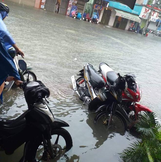 Đà Nẵng thất thủ lần 2, nước ngập khắp các tuyến đường trung tâm - Ảnh 1.