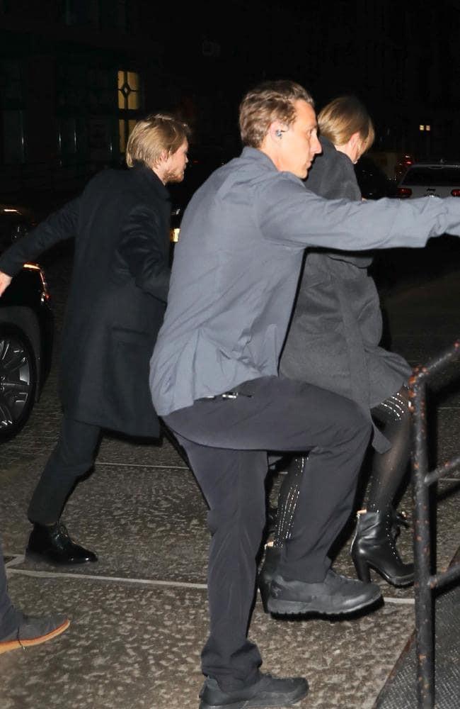 Tom Hiddleston bỗng trở thành vệ sĩ hộ tống cho Taylor Swift và bạn trai Joe Alwyn? - Ảnh 1.