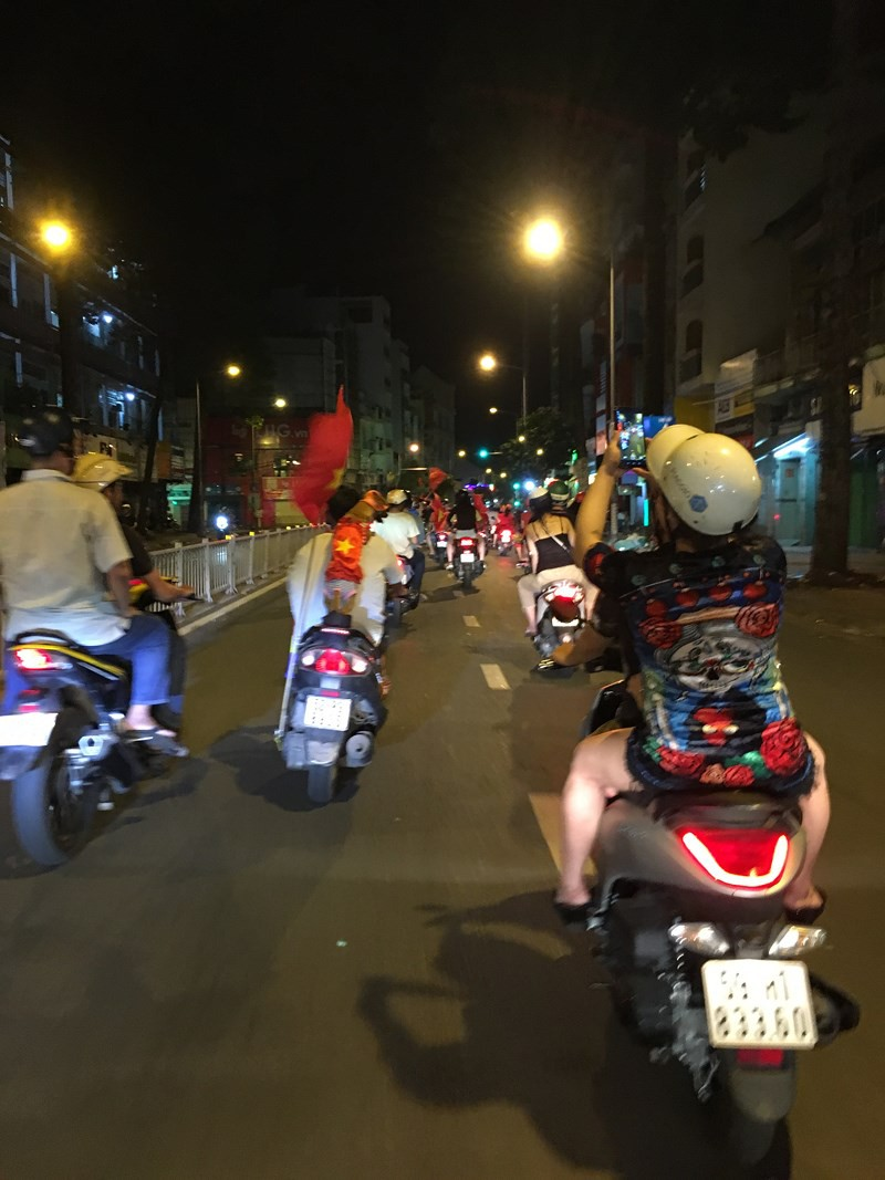 Cười té ghế xem hình ảnh hài hước đêm bão Việt Nam vô địch - Ảnh