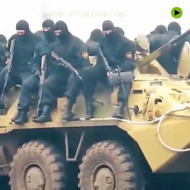 Đặc nhiệm Nga luyện chống khủng bố: Tung chân đá thủng kính chắn gió ô tô như phim chưởng - ảnh 1