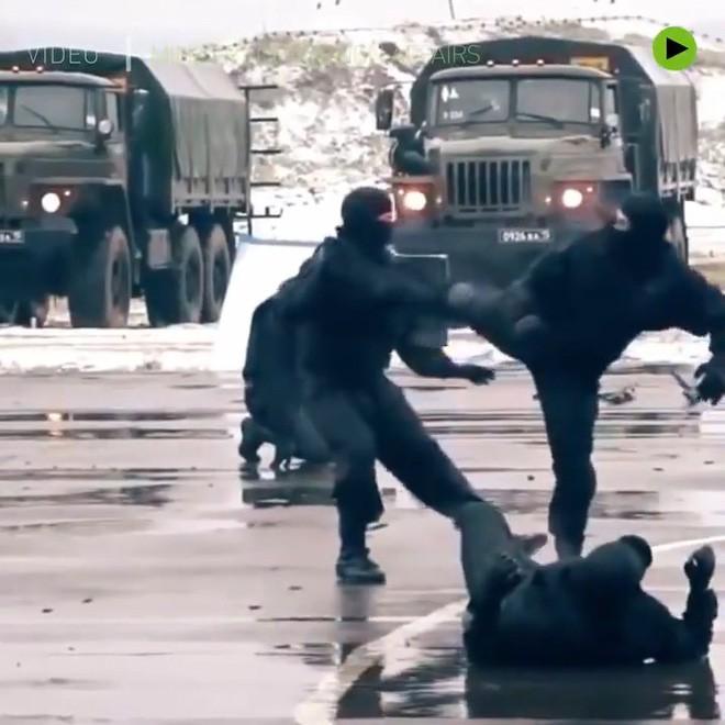 Đặc nhiệm Nga luyện chống khủng bố: Tung chân đá thủng kính chắn gió ô tô như phim chưởng - ảnh 2