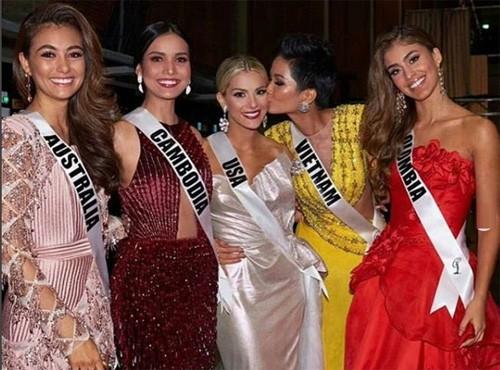 Ứng xử đầy đẳng cấp trước Hoa hậu Mỹ, HHen Niê tỏa sáng tại Hoa hậu Hoàn vũ - Ảnh 3.