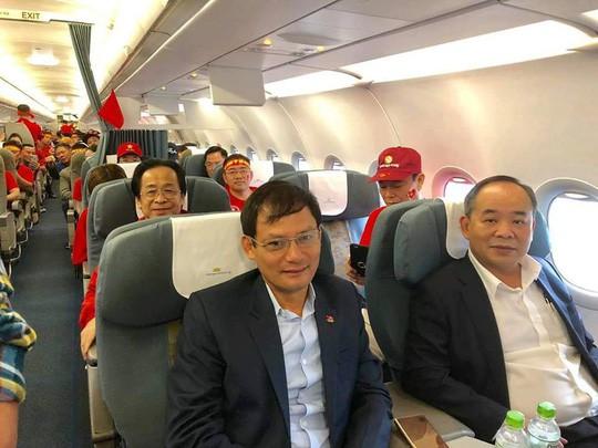 Ông Nguyễn Lân Trung nói gì về việc sang Malaysia cổ vũ và quấn Quốc kỳ ngang hông? - Ảnh 1.