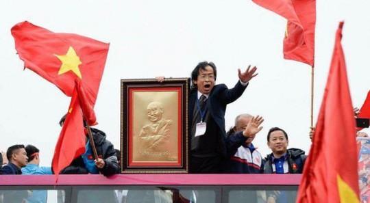 Ông Nguyễn Lân Trung nói gì về việc sang Malaysia cổ vũ và quấn Quốc kỳ ngang hông? - Ảnh 5.