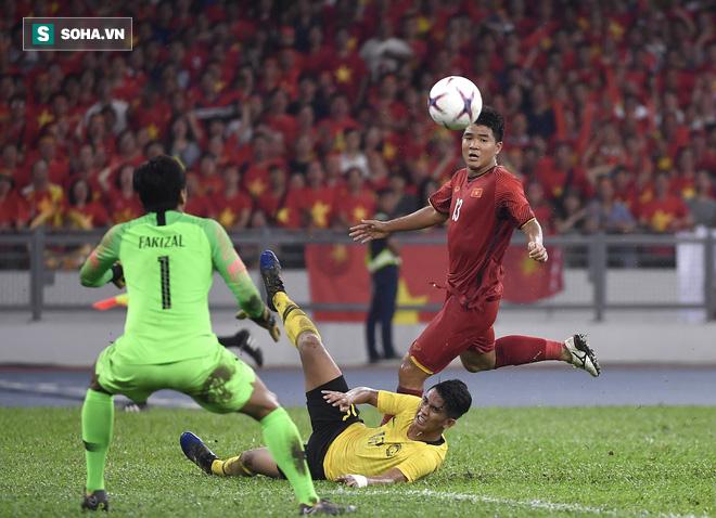 Hà Đức Chinh tươi cười nhắc đến bún chả khi được trang chủ AFF Cup phỏng vấn - Ảnh 1.