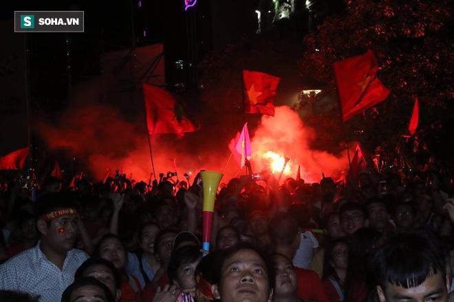 CĐV òa khóc khi tuyển Việt Nam lên ngôi vô địch, ngàn người reo hò xuống đường ăn mừng - Ảnh 3.
