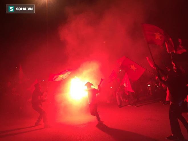 CĐV òa khóc khi tuyển Việt Nam lên ngôi vô địch, triệu người reo hò xuống đường ăn mừng - Ảnh 12.