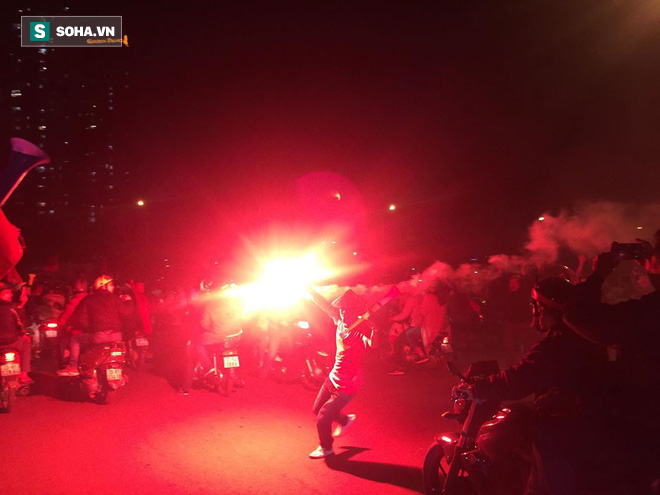CĐV òa khóc khi tuyển Việt Nam lên ngôi vô địch, triệu người reo hò xuống đường ăn mừng - Ảnh 13.