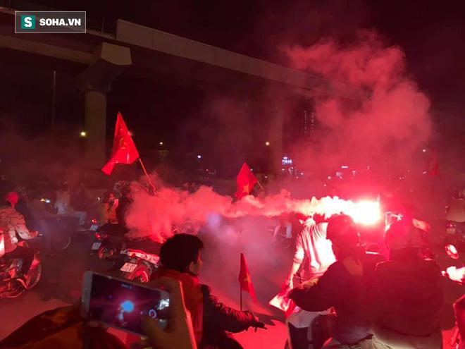 CĐV òa khóc khi tuyển Việt Nam lên ngôi vô địch, ngàn người reo hò xuống đường ăn mừng - Ảnh 4.