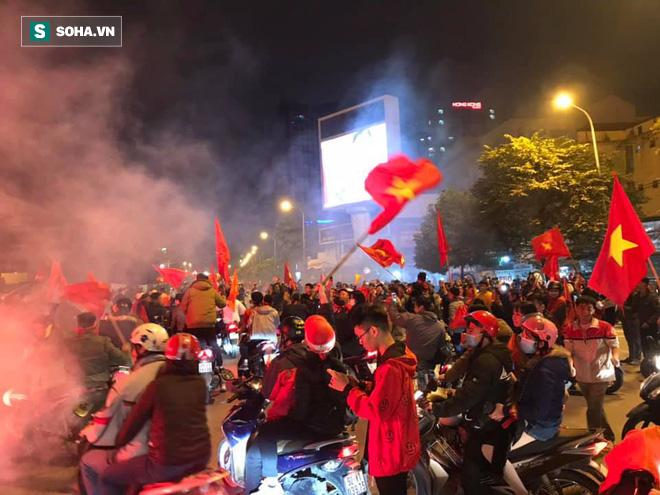 CĐV òa khóc khi tuyển Việt Nam lên ngôi vô địch, ngàn người reo hò xuống đường ăn mừng - Ảnh 5.