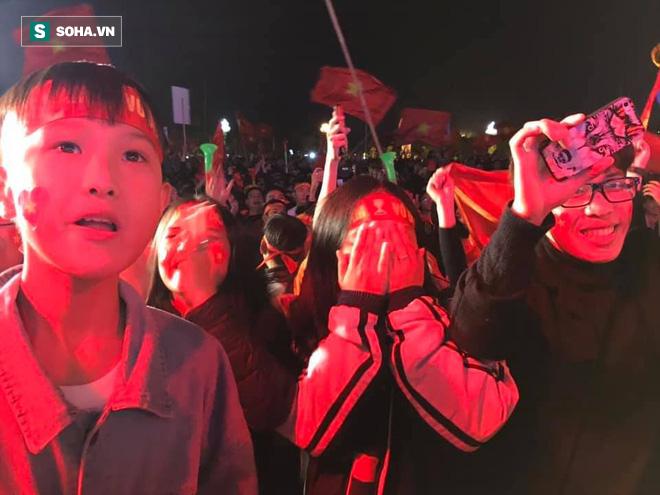CĐV òa khóc khi tuyển Việt Nam lên ngôi vô địch, triệu người reo hò xuống đường ăn mừng - Ảnh 2.