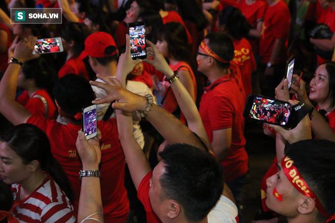 CĐV òa khóc khi tuyển Việt Nam lên ngôi vô địch, ngàn người reo hò xuống đường ăn mừng - Ảnh 8.