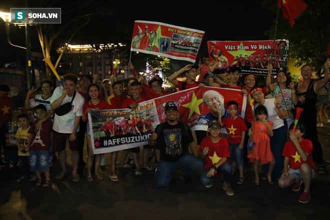 CĐV òa khóc khi tuyển Việt Nam lên ngôi vô địch, ngàn người reo hò xuống đường ăn mừng - Ảnh 2.