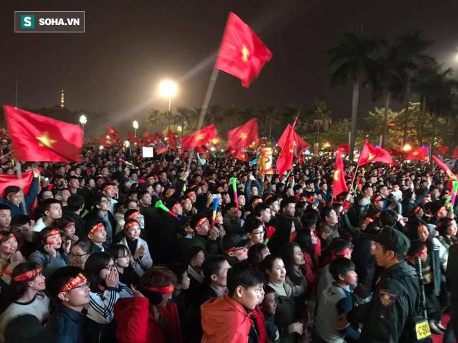 CĐV òa khóc khi tuyển Việt Nam lên ngôi vô địch, triệu người reo hò xuống đường ăn mừng - Ảnh 1.