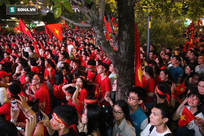 CĐV òa khóc khi tuyển Việt Nam lên ngôi vô địch, ngàn người reo hò xuống đường ăn mừng - Ảnh 7.