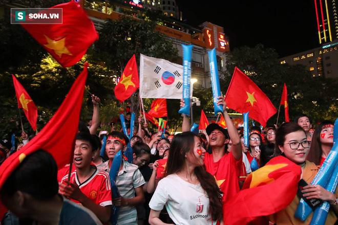 CĐV òa khóc khi tuyển Việt Nam lên ngôi vô địch, ngàn người reo hò xuống đường ăn mừng - Ảnh 1.