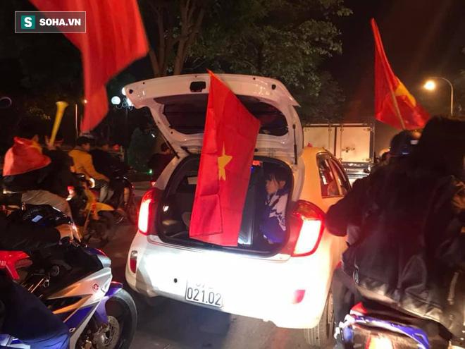 CĐV òa khóc khi tuyển Việt Nam lên ngôi vô địch, triệu người reo hò xuống đường ăn mừng - Ảnh 8.