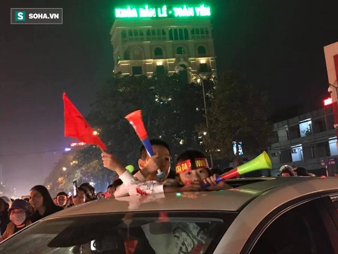 CĐV òa khóc khi tuyển Việt Nam lên ngôi vô địch, triệu người reo hò xuống đường ăn mừng - Ảnh 9.