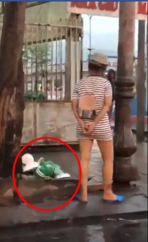 Xôn xao clip cô gái dị đứng chờ ở bến xe, cứ nhìn thấy mũ bảo hiểm Grab là đập tan tành - Ảnh 4.