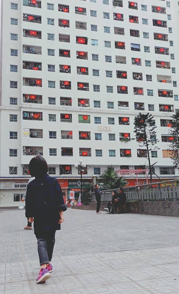 Người Hà Nội lập bàn thờ, thắp hương mong Việt Nam chiến thắng trận chung kết AFF Cup 2018 - Ảnh 2.