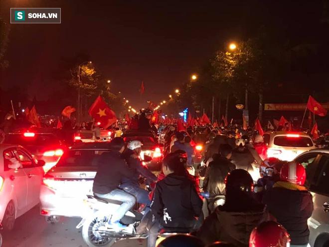CĐV òa khóc khi tuyển Việt Nam lên ngôi vô địch, triệu người reo hò xuống đường ăn mừng - Ảnh 14.