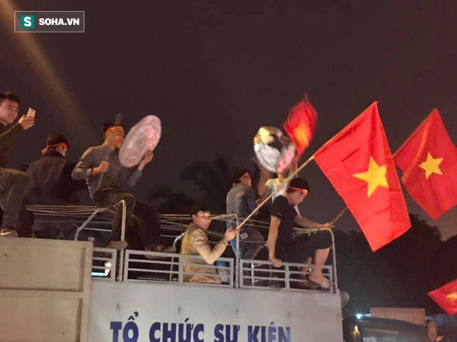 CĐV òa khóc khi tuyển Việt Nam lên ngôi vô địch, triệu người reo hò xuống đường ăn mừng - Ảnh 4.