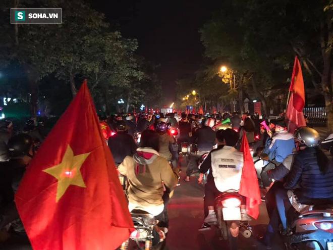 CĐV òa khóc khi tuyển Việt Nam lên ngôi vô địch, triệu người reo hò xuống đường ăn mừng - Ảnh 15.