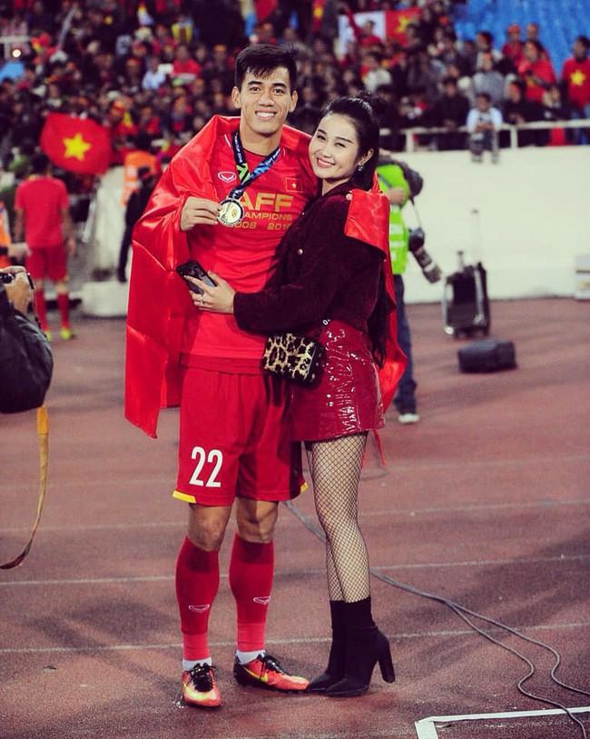 Gia thế giàu có, nhan sắc khả ái của bạn gái cầu thủ Tiến Linh - cơn gió lạ trong đội tuyển Việt Nam - Ảnh 4.