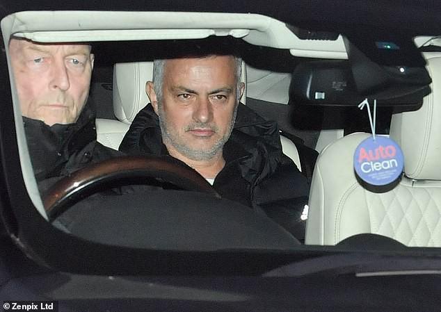 Người đặc biệt Jose Mourinho vui vẻ, tươi như hoa sau khi rời Man United cùng khoản tiền đền bù khổng lồ - Ảnh 1.