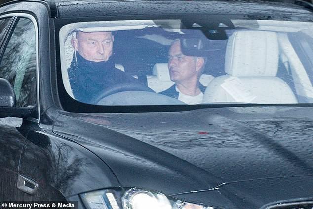 Người đặc biệt Jose Mourinho vui vẻ, tươi như hoa sau khi rời Man United cùng khoản tiền đền bù khổng lồ - Ảnh 2.