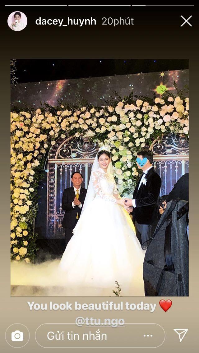 Cận cảnh nụ hôn môi ngọt ngào của Á hậu Thanh Tú và chồng đại gia trong đám cưới xa hoa - ảnh 1