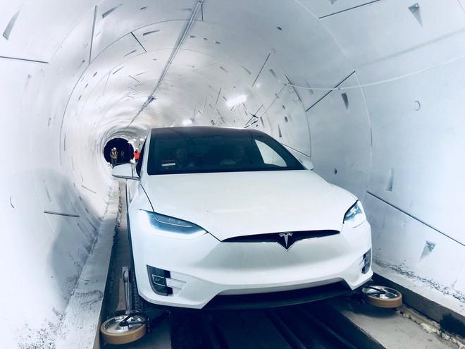 Elon Musk ra mắt đường hầm đầu tiên của Công ty Nhàm chán, đích thân ông ngồi xe Tesla đi thử - Ảnh 2.