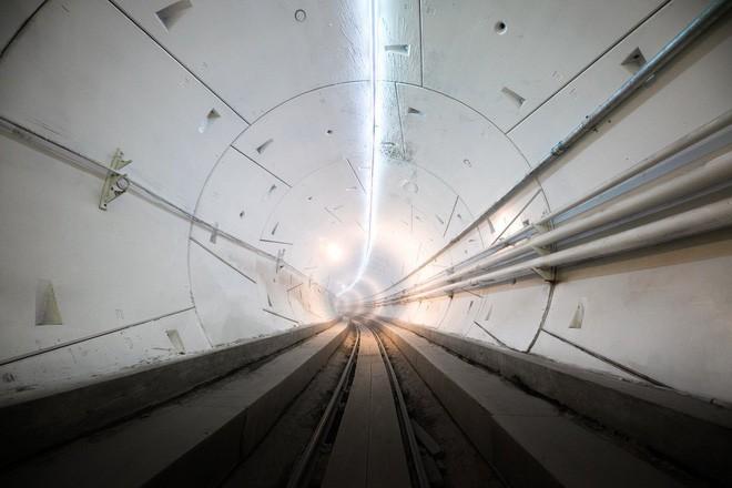 Elon Musk ra mắt đường hầm đầu tiên của Công ty Nhàm chán, đích thân ông ngồi xe Tesla đi thử - Ảnh 1.