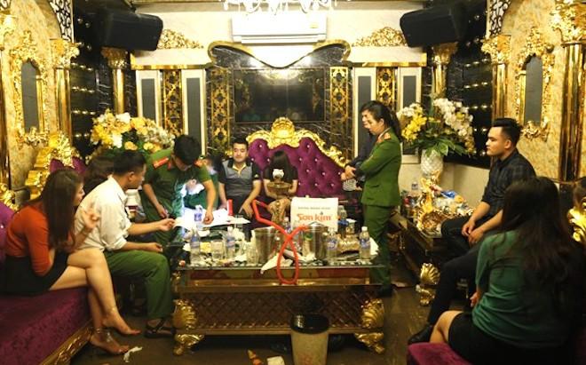 Vụ PGĐ Agribank Hương Khê cùng nữ giáo viên phê ma tuý: Đình chỉ chức vụ sếp ngân hàng - Ảnh 1.