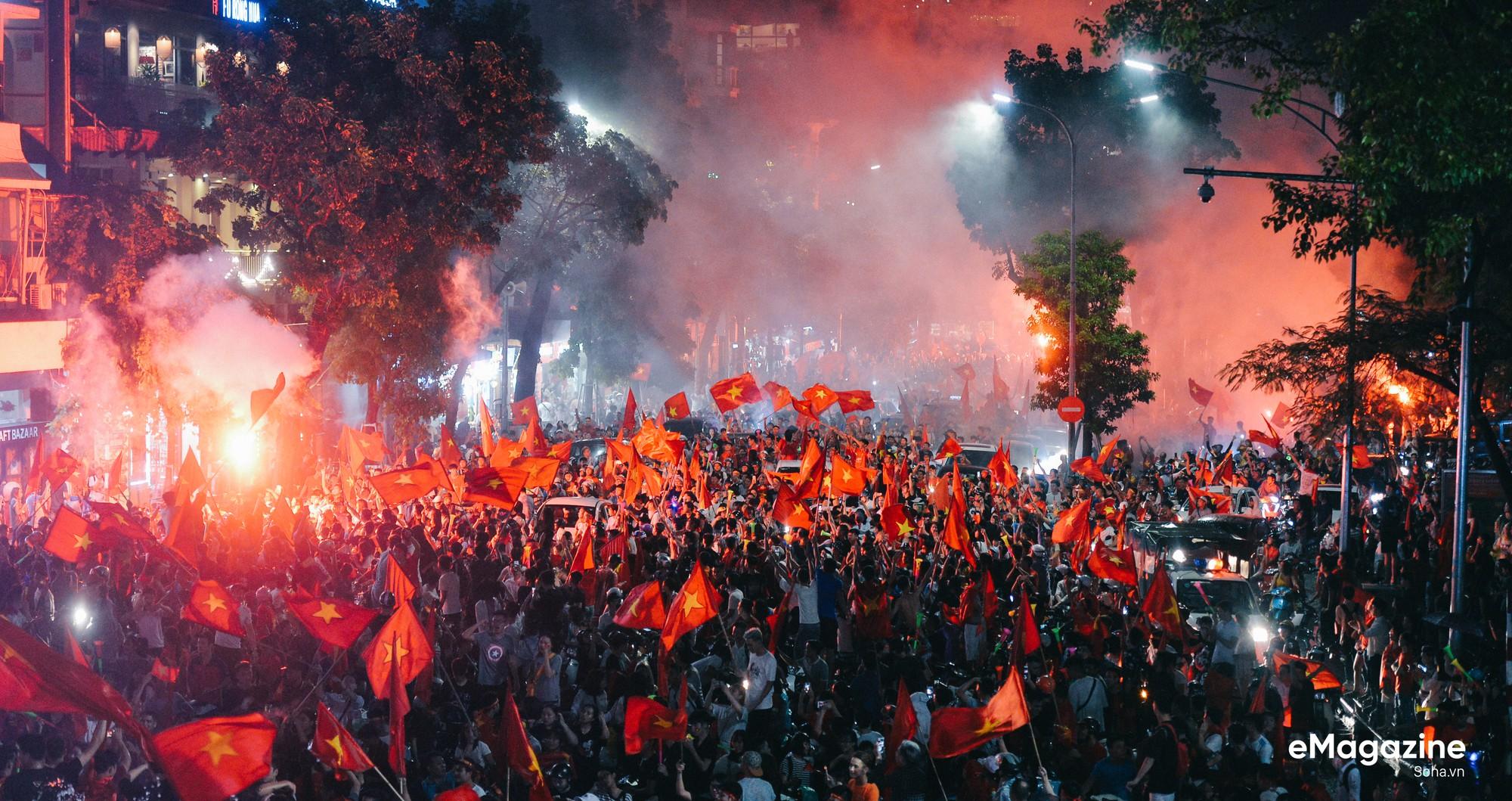 Trong kỳ tích của bóng đá Việt Nam, có một tình yêu xuyên bão giông thắp lên niềm tin bất diệt - Ảnh 11.
