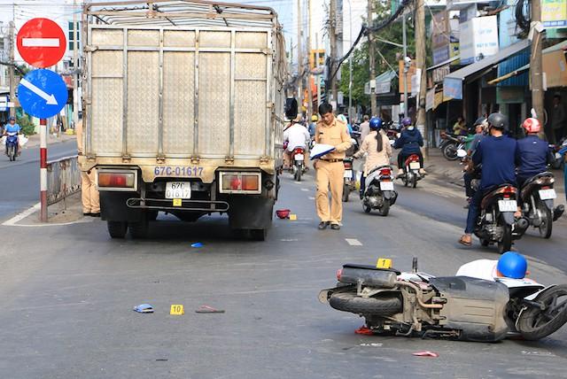 Xe tải va chạm với xe máy trên quốc lộ, bé trai 13 tuổi chết thảm  - Ảnh 1.