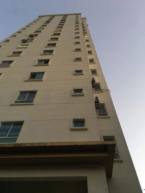 Viên gạch rơi từ chung cư cao tầng trúng đầu bé trai 3 tuổi tử vong - Ảnh 1.