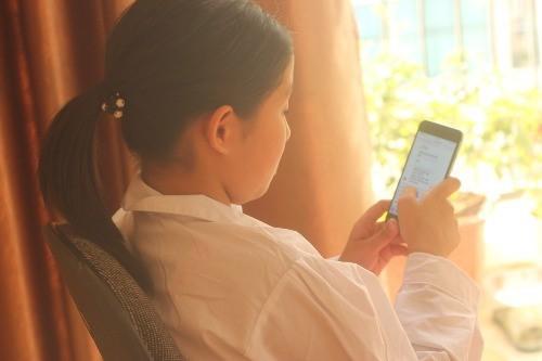 Trót dạy mẹ trung niên dùng Facebook cho vui, con gái ế sượng mặt vì bị mẹ lên mạng rao bán - Ảnh 1.