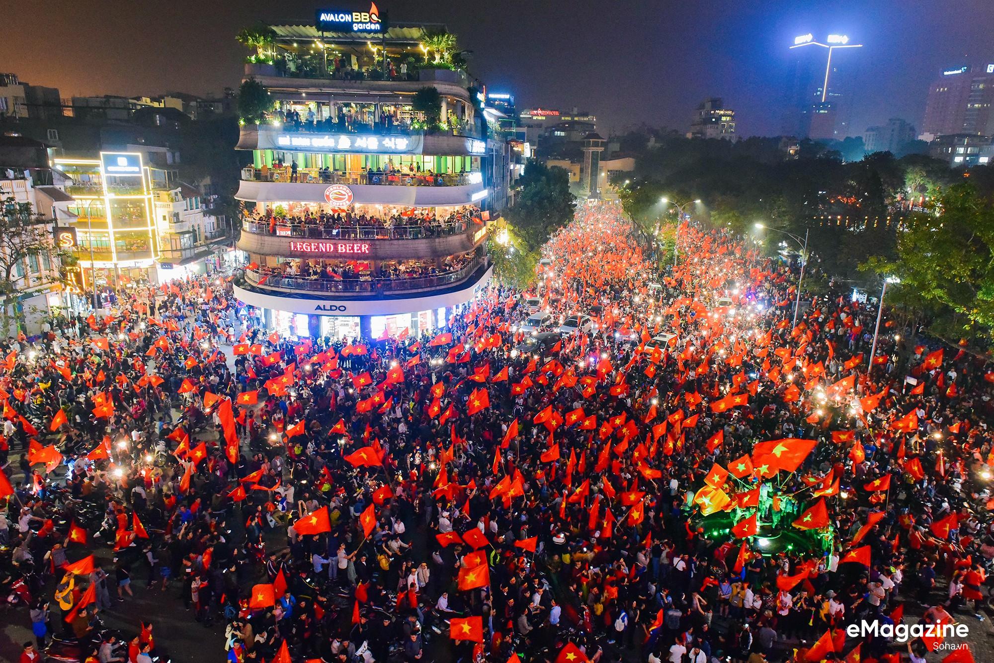 Trong kỳ tích của bóng đá Việt Nam, có một tình yêu xuyên bão giông thắp lên niềm tin bất diệt - Ảnh 5.
