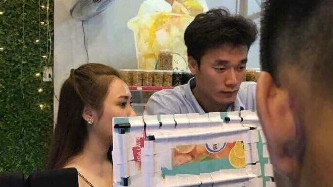 Bạn gái tin đồn của thủ môn Bùi Tiến Dũng đăng ảnh đi xem ĐT Việt Nam và đây là điều người ta phát hiện - Ảnh 2.