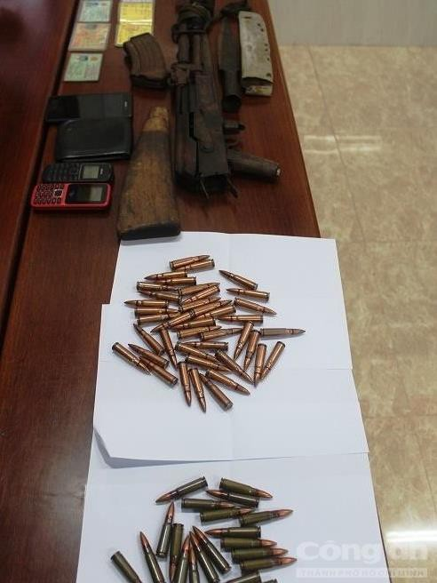 Bắt hai đối tượng mang theo 1 khẩu súng AK và 67 viên đạn - Ảnh 1.