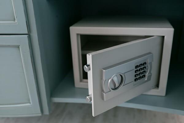 Khi ở khách sạn, không nên để giày ở dưới gầm giường hay cửa ra vào mà nên để ở vị trí này - Ảnh 2.