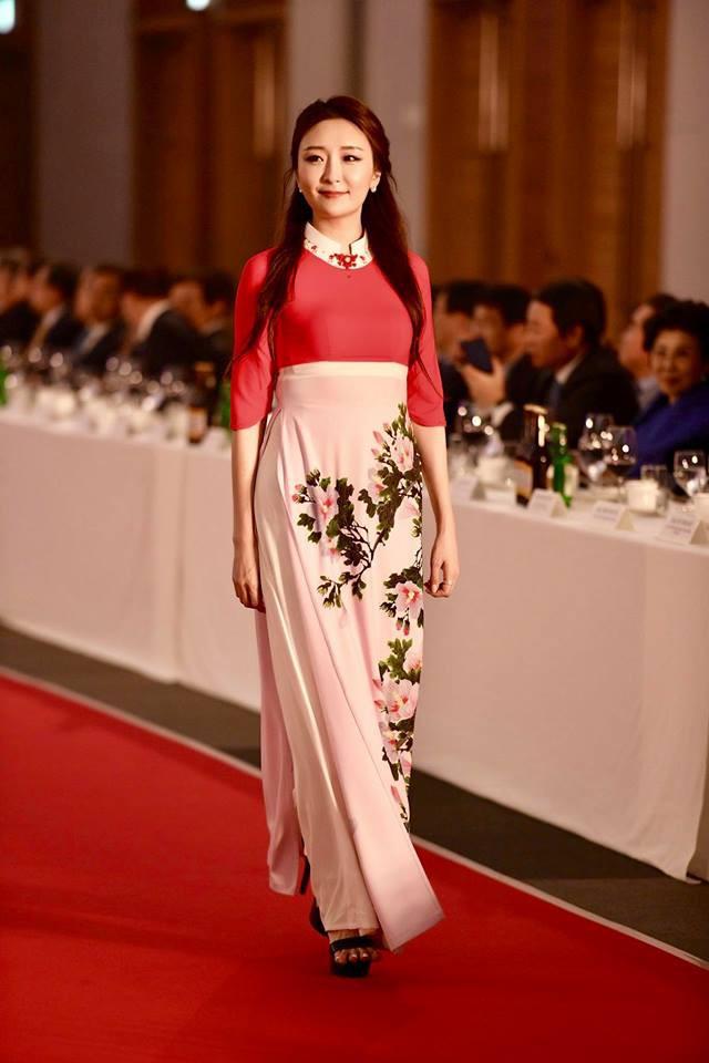 Huyền My, Phương Oanh Quỳnh búp bê trình diễn áo dài của NTK Đỗ Trịnh Hoài Nam tại Hàn - Ảnh 9.