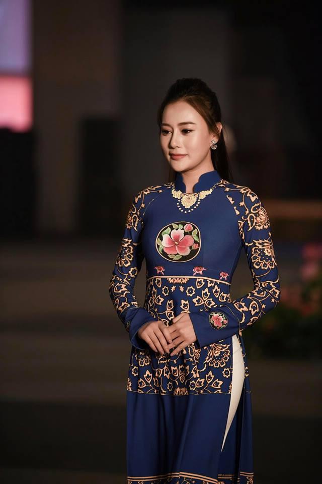 Huyền My, Phương Oanh Quỳnh búp bê trình diễn áo dài của NTK Đỗ Trịnh Hoài Nam tại Hàn - Ảnh 3.